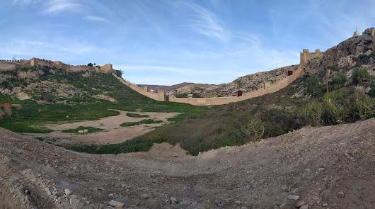Vista general de la muralla que une la Alcazaba y San Cristóbal desde La Hoya