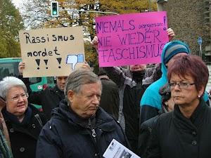 Kundgebungsteilnehmer:innen mit Transparenten: «Rassismus mordet!» und «Niemals vergessen! Nie Wieder Faschismus!».