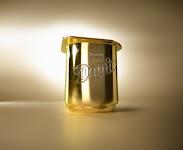 'gouden' bekertje Danone tegen gouden achtergrond