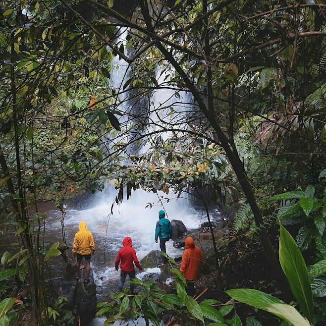 Sejumlah wisatawan menikmati keindahan Curug Bidadari, Sentul Paradise Park, Bogor.