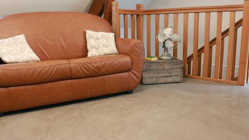 Salon ambiance rétro avec sol en béton ciré décoratif