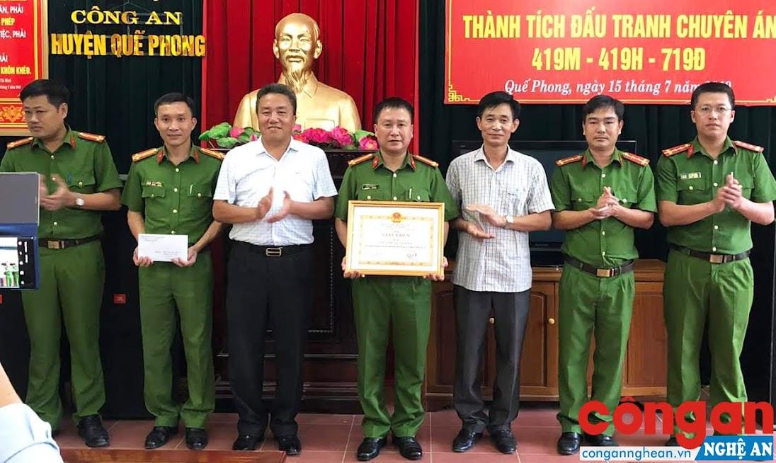 Lãnh đạo Huyện ủy, UBND huyện Quế Phong chúc mừng CBCS Công an huyện về thành tích đấu tranh phòng, chống tội phạm ma túy trên địa bàn