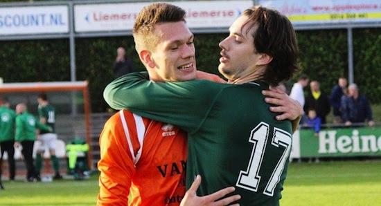 Man of the match Daan van der Ven (r) met DVV speler.