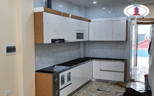 Mẫu tủ bếp nhựa cao cấp chữ L trắng được sử dụng rất nhiều.