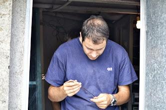 Photo: Carlos EA1HUD, nuestro ingeniero, comprobando que la sección del cable de contínua sea la correcta.