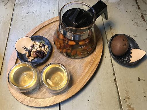 超級推薦 一開始有點害怕中藥茶飲 但是味道卻很甘甜  中藥的茶葉蛋 碰轟蛋都非常好吃味道很特別又很香 超棒的創意 貓咪也超可愛~ 一定會再去!