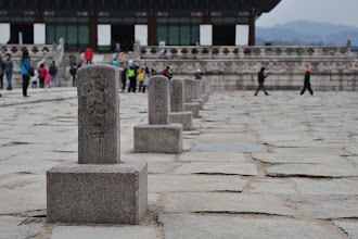 Photo: The granite stones in the courtyard were intentionally roughly hewn to reduce glare in Geunjeongjeon, the main throne hall.