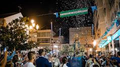 Cientos de devotos y fieles no quisieron perderse la salida en procesión de la Virgen tras dos años.