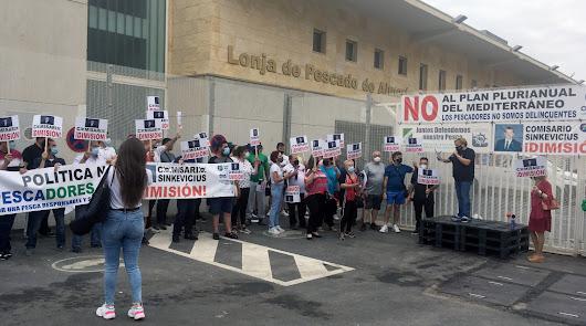 """Los pescadores de Almería paran y gritan: """"No somos delincuentes"""""""