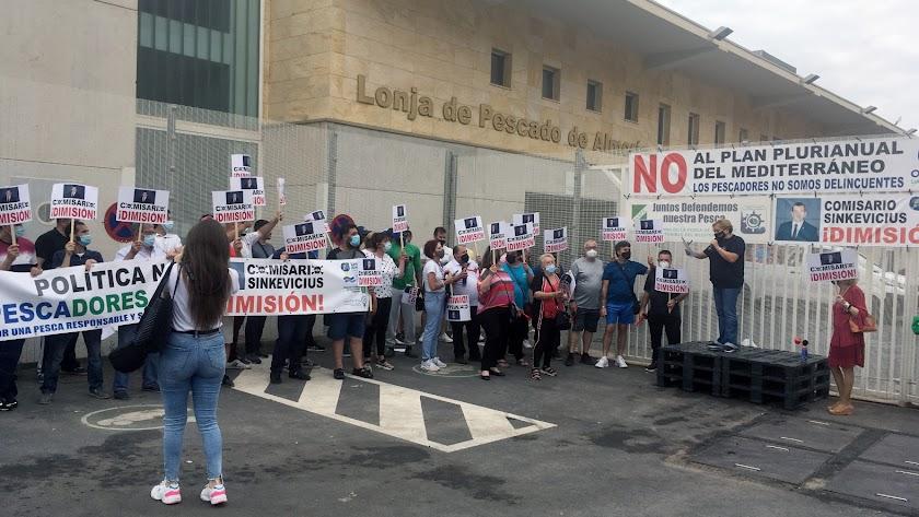 La presidenta, Angeles Cayuela, y pescadores afectados en el Puerto de Almería.
