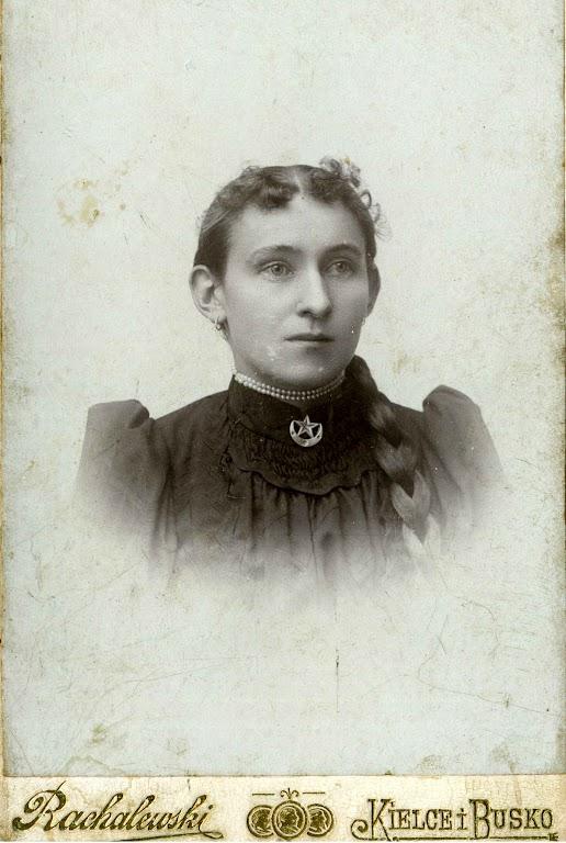 Zdjęcie: Zofia Zgrzebnicka zChrobrza. Zdjęcie wykonane na przełomie XIX iXX wieku. (fot. zarch.Wiesława Grabik).