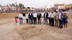 Cientos de vecinos acompañaron a diputados y concejales durante la colocación de la primera piedra del edificio.