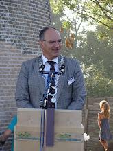 Photo: Burgemeester Henny van Kooten van de gemeente Noord-Beveland  had de eer om het sponsorbord te onthullen