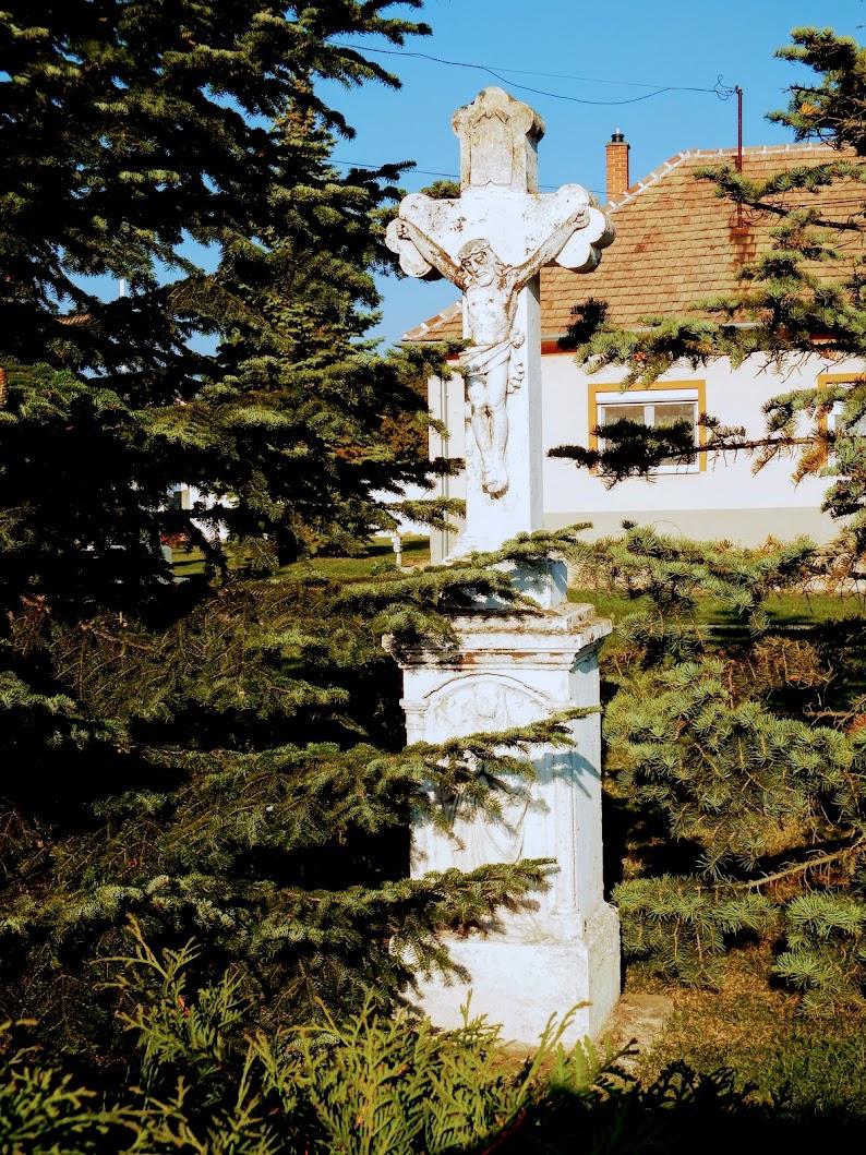 Simaság - feszületek a templomkertben