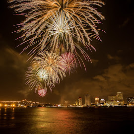 Fireworks by the Missisipi river by Adi Susanto - Public Holidays July 4th ( fireworks,  )