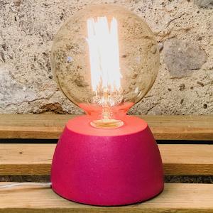 Lampe béton couleur rose fuchsia création fait-main atelier français de la marque Junny