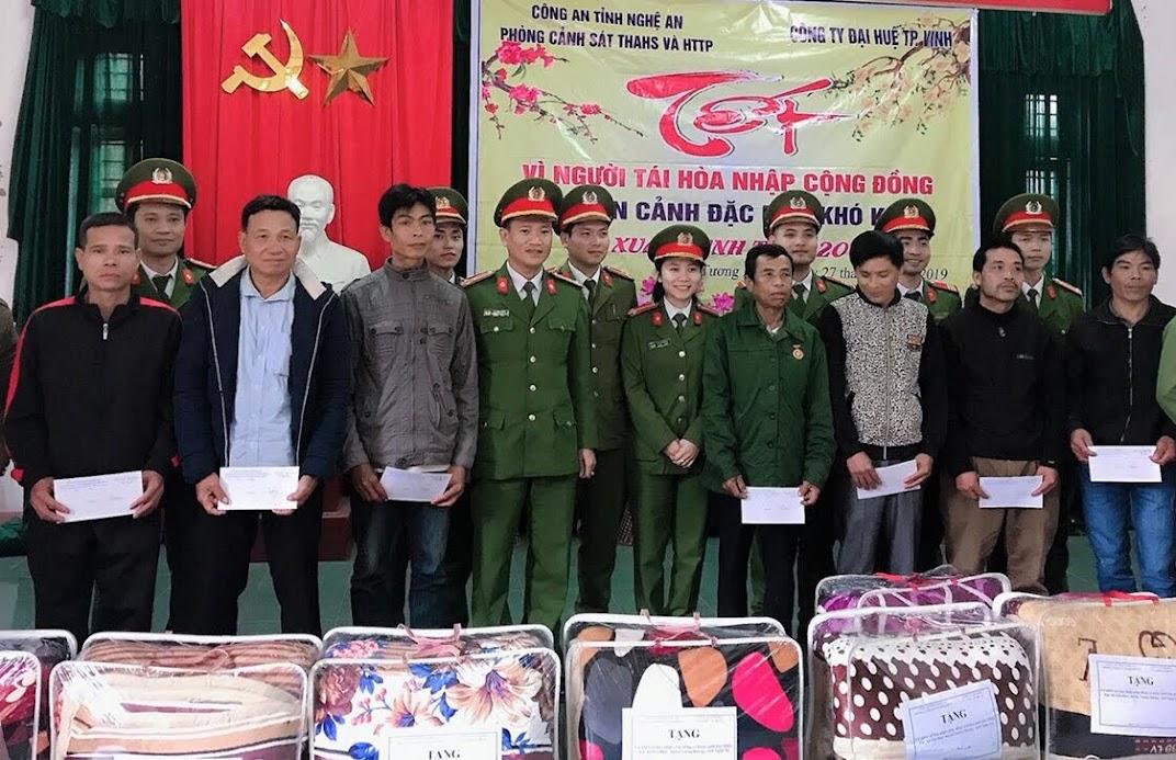 Phòng Cảnh sát Thi hành án hình sự và Hỗ trợ tư pháp Công an Nghệ An tặng quà cho các gia đình có hoàn cảnh khó khăn