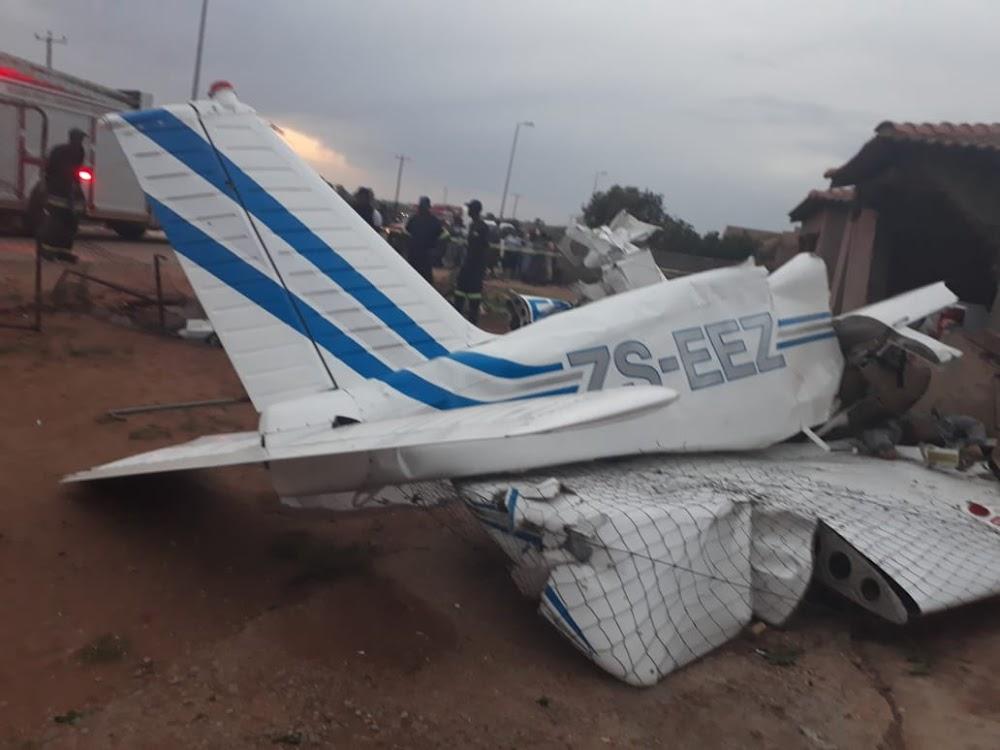 Vlieënier dood, passasier ernstig beseer toe vliegtuie tussen twee huise neergestort het - SowetanLIVE