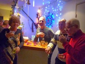 Photo: Marie-Jo, Thierry, Michel, et Gilles à un des endroits stratégiques... le bar !