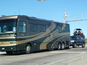 Photo: de quoi passer de belles vacances, le bus remorque le pickup