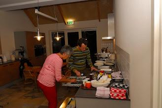 Photo: boer Arjan en ma Van de Vliet richten de afwasmachine in