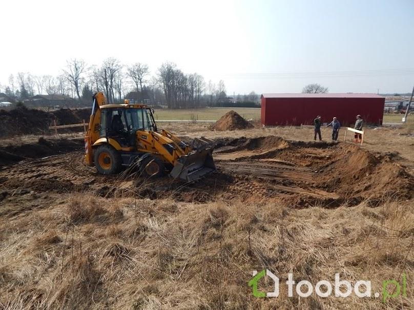 Wykonanie wykopów pod fundamenty to jedna z pierwszych prac przed budową domu