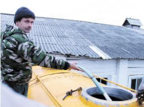 Александр Татаринов заполняет молоковоз