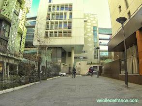 Photo: Architecture des immeubles de la nouvelle Rive Gauche - e-guide balade à vélo de Notre-Dame à Bercy Village par veloiledefrance.com