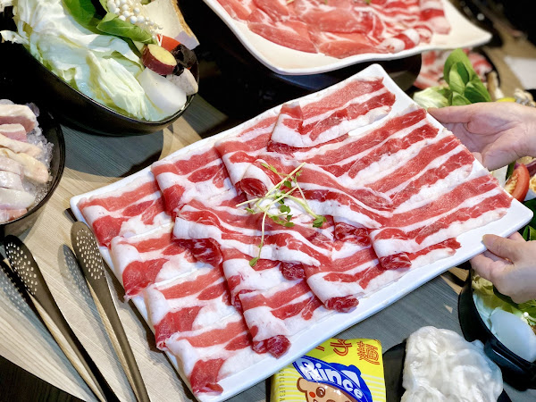 肉多多爆炒石頭火鍋湯頭清甜服務人員桌邊秀冬天到了火鍋湯頭也在變