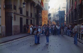 Photo: Correllengua a València. Any 1995. Mireia i Pau Pardiñas li passen la Flama a Cristina Piris.