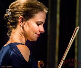 Photo: junge Frau mit Violine