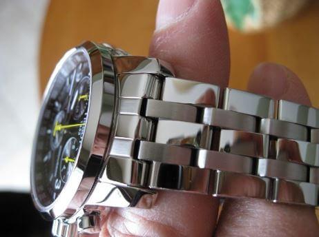 Cách đánh bóng đồng hồ kim loại bằng dung môi