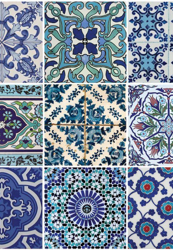 Azulejos Zellige em tons azuis.
