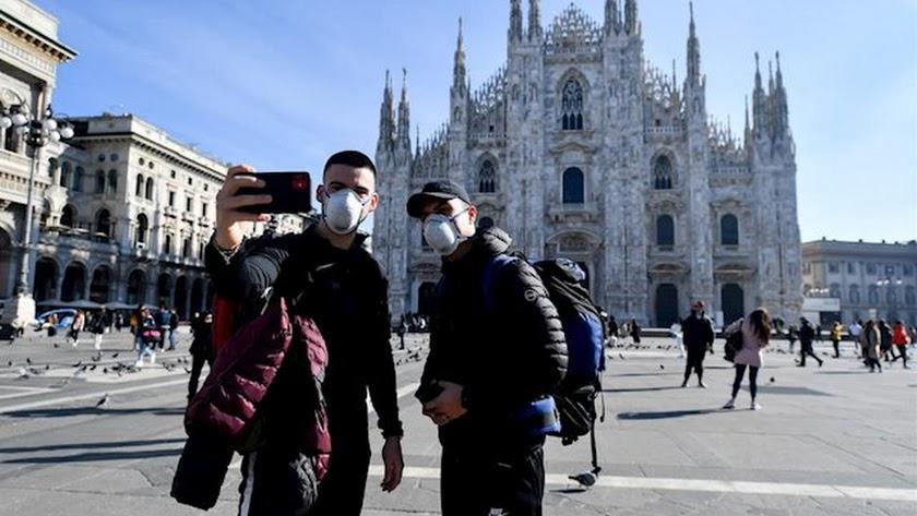 Dos turistas se fotografían en Milán.
