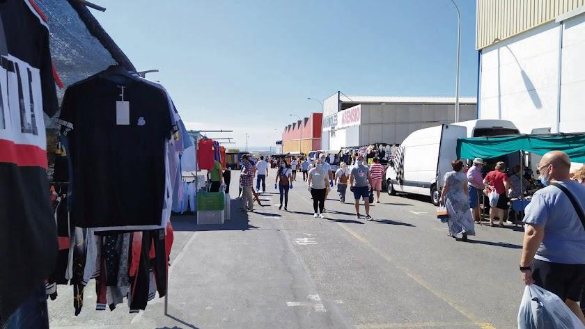 El mercadillo se instala en el Polígono Agruenco de la Puebla de Vícar.
