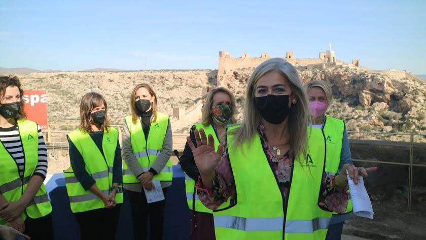 La consejera de Cultura, acompañada por representantes de la Junta y el Ayuntamiento, esta mañana durante la visita a las obras.
