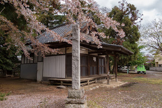 Photo: The main shrine building of Nagara Shrine, Ōizumi, Ōra District, Gunma Prefecture. The stone post has the name of the shrine written on one side. Read more about Oizumi: http://japanvisitor.blogspot.jp/2015/04/oizumibrazil-in-japan.html