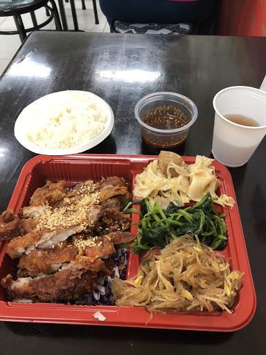 椒麻雞飯 主菜份量多 配菜味道重很下飯 吃完有點口渴