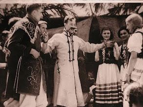 Photo: 34. Przedstawienie, grają między innymi Zygmunt Berezowski i Jadwiga Freidenberg (Lindmajer) w jasnej peruce z warkoczami. An amateur theatre, playing: Z. Berezowski, (first from the left) and J. Freidenberg (first from the right).