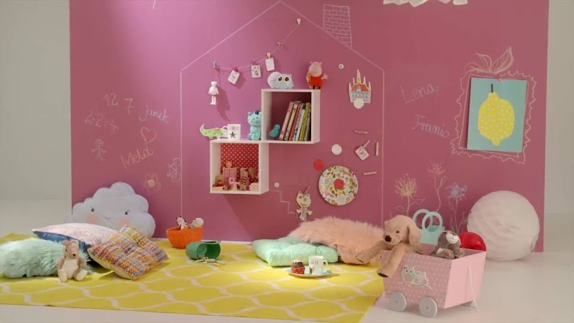 Różowa farba tablicowa w pokoju dziewczynki