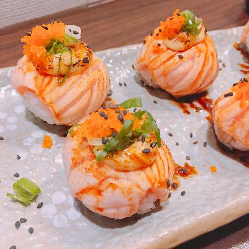 鮭魚親子丼的鮭魚偏薄但不錯吃~我最愛的黑豆很大顆也非常好吃😋 起司鮭魚球也很好吃👍