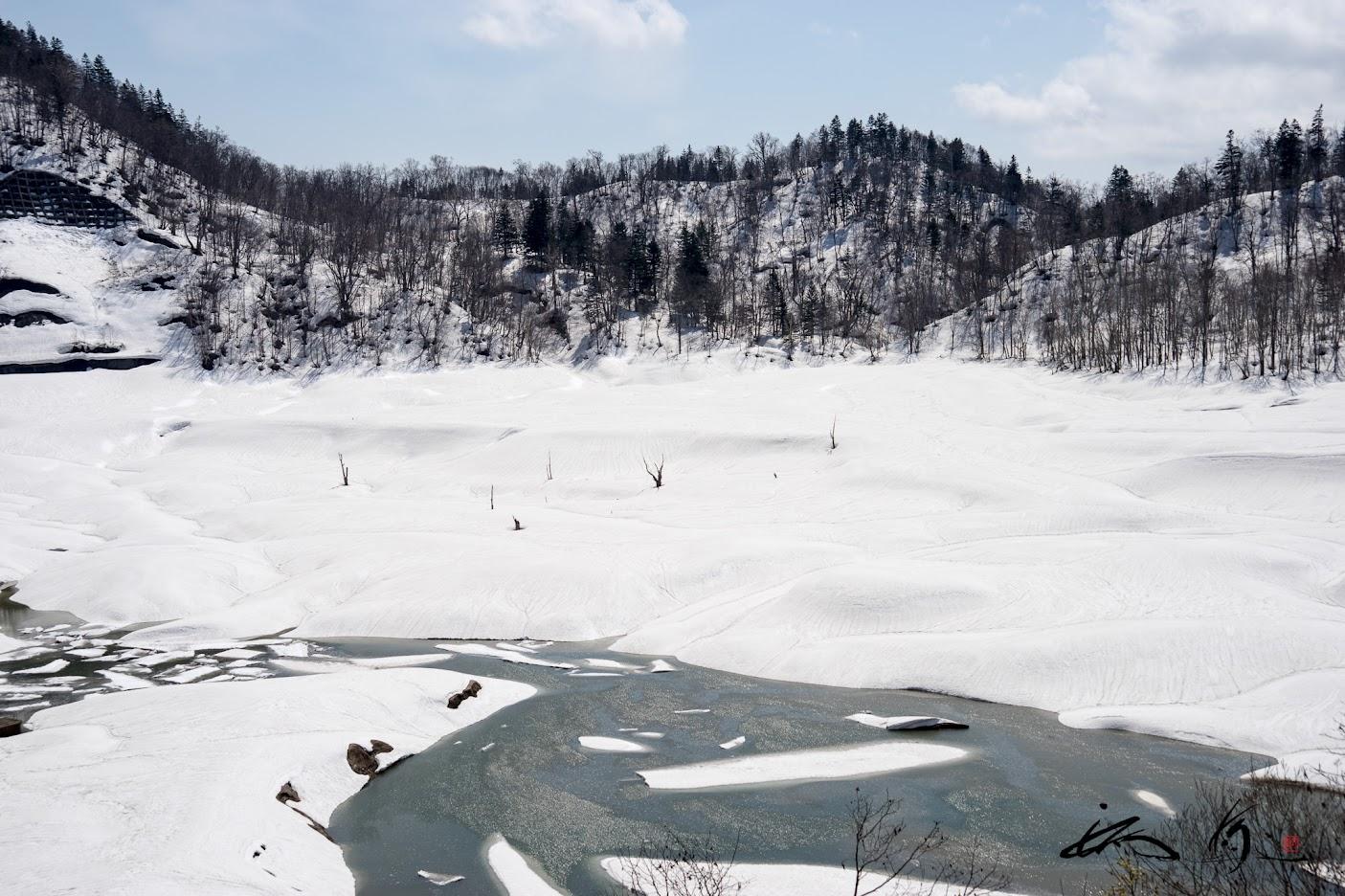 雪解けの清らかな水を湛える