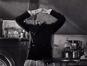 """Photo: Exemplo do uso de efeito especial no filme """"O Homem Invisível"""" (1933). http://filmesclassicos.podbean.com"""