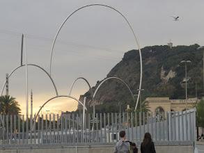 Photo: La cosa esa rara que está buena, y atrás el Montjuic y Febo que amaga aparecer.