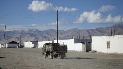 Karakul besteht aus eingeschossigen, weißen Lehmhäusern.