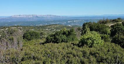 Photo: Sainte Victoire vue du Garlaban. A droite: montagnes enneigées. VTT 18-10-2009
