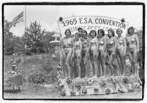 8 naakte vrouwen naast elkaar op een podium