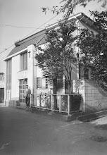 Photo: 礼拝堂兼奥私邸玄関前で出迎える奥牧師。