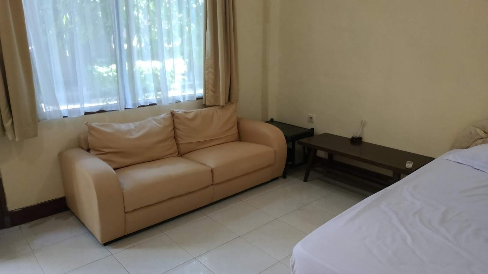 Ada sofa dan beberapa meja
