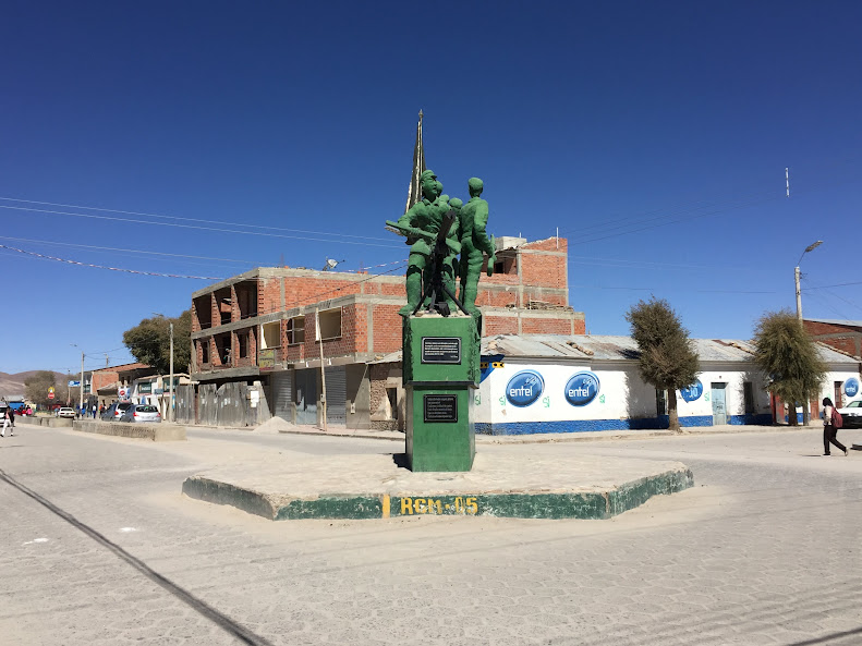 ウユニの街の銅像